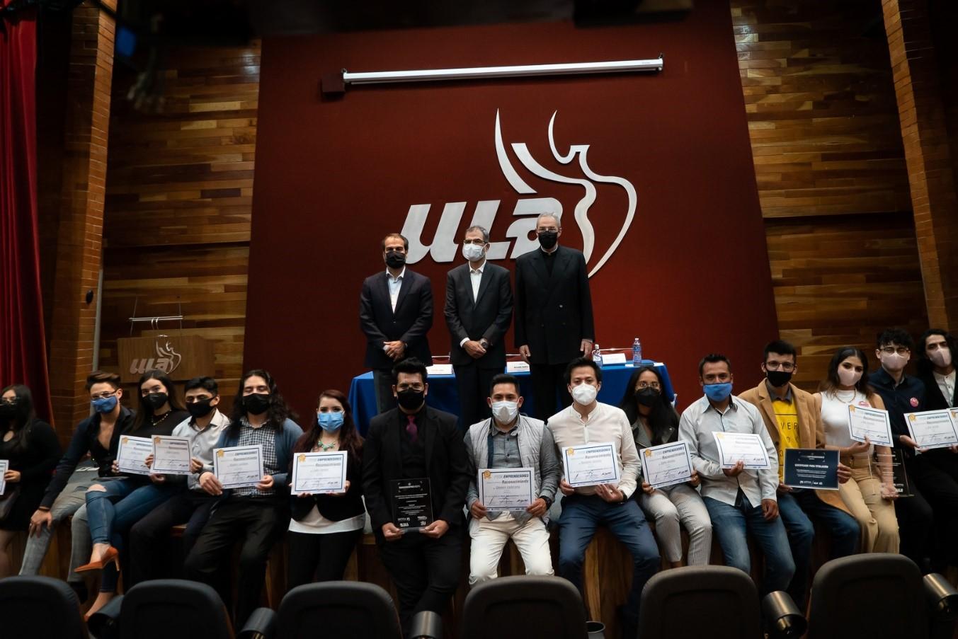 Un grupo de personas en un auditorio  Descripción generada automáticamente